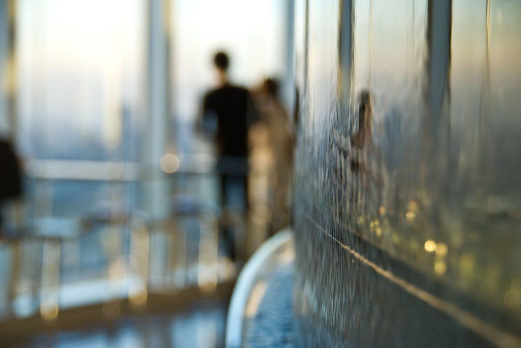 展望台から景色を見るカップル