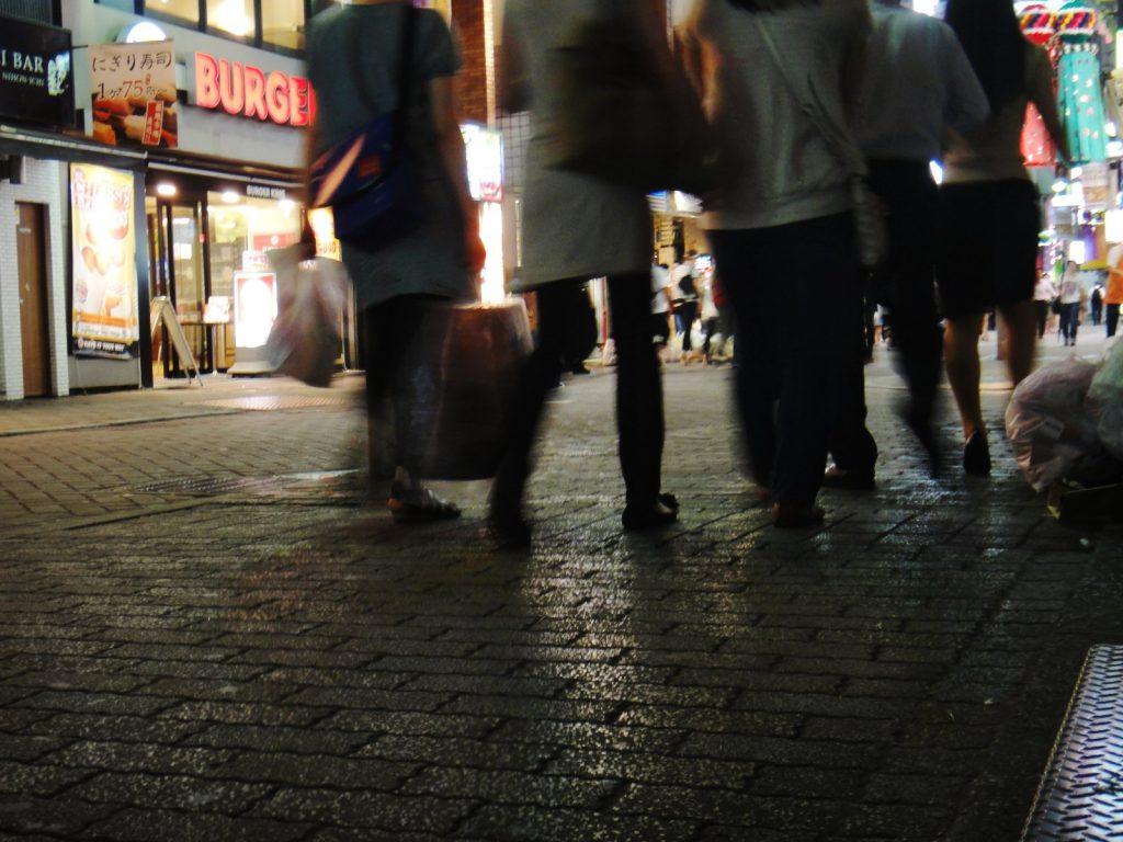 繁華街を歩く複数の男女