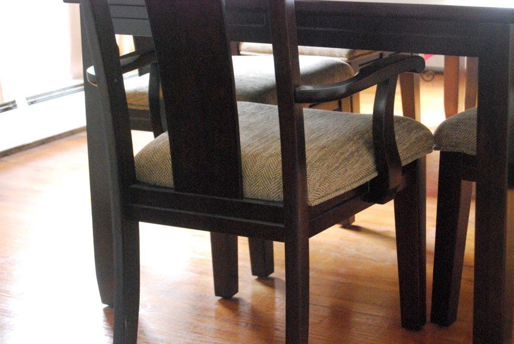 昼間の部屋にある椅子