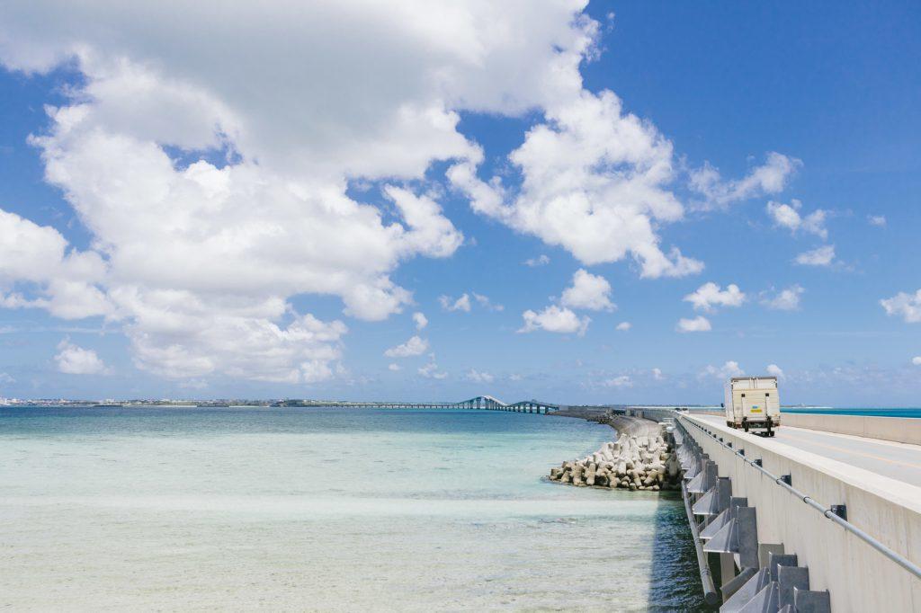 青空の広がる浜辺