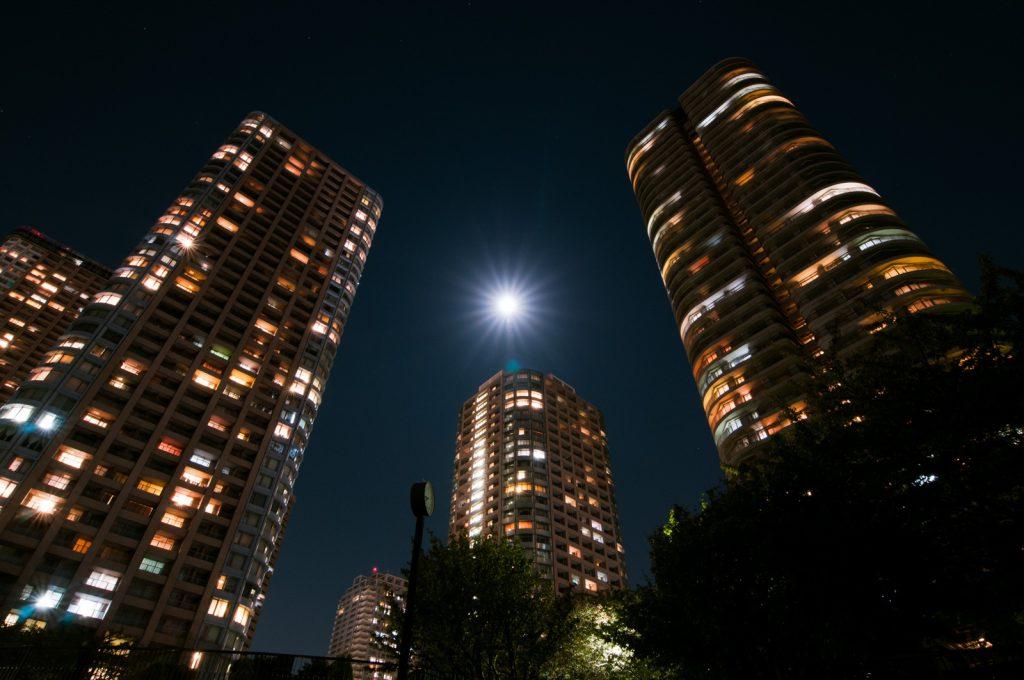夜のライトアップされたビル街