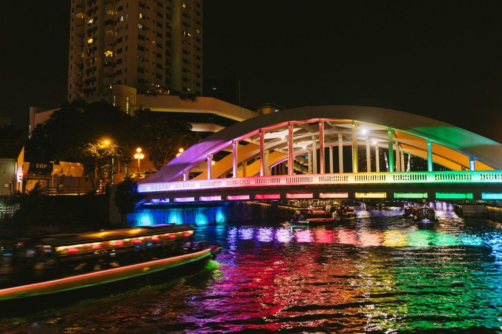 カラフルにライトアップされた橋と屋形船