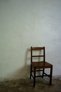 暗がりにある椅子