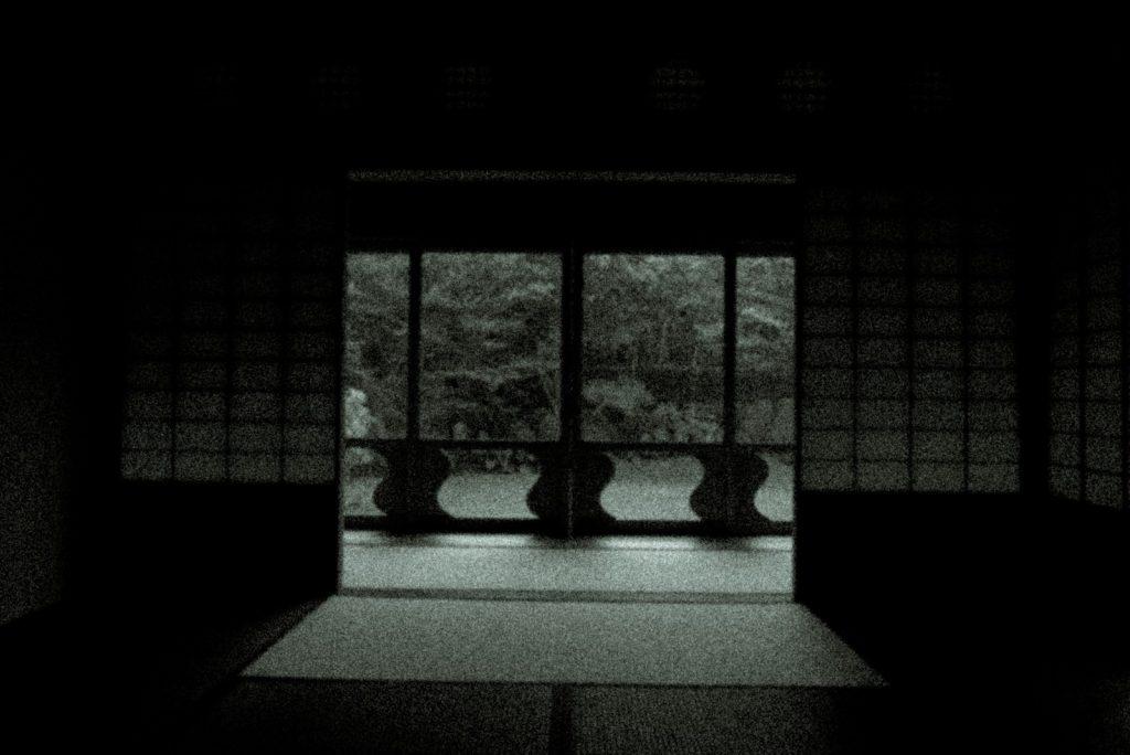 暗い障子のある和室