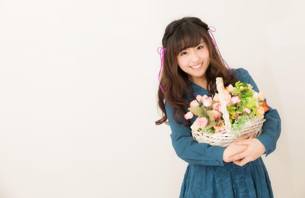花束を抱えて笑顔の女性
