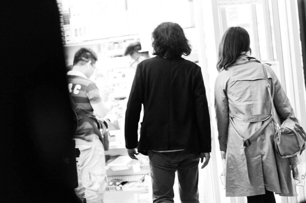 気になる女性が違う男性と歩いている後ろ姿