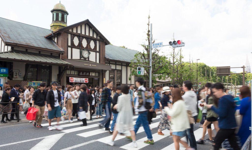 原宿の駅前を通勤する人々