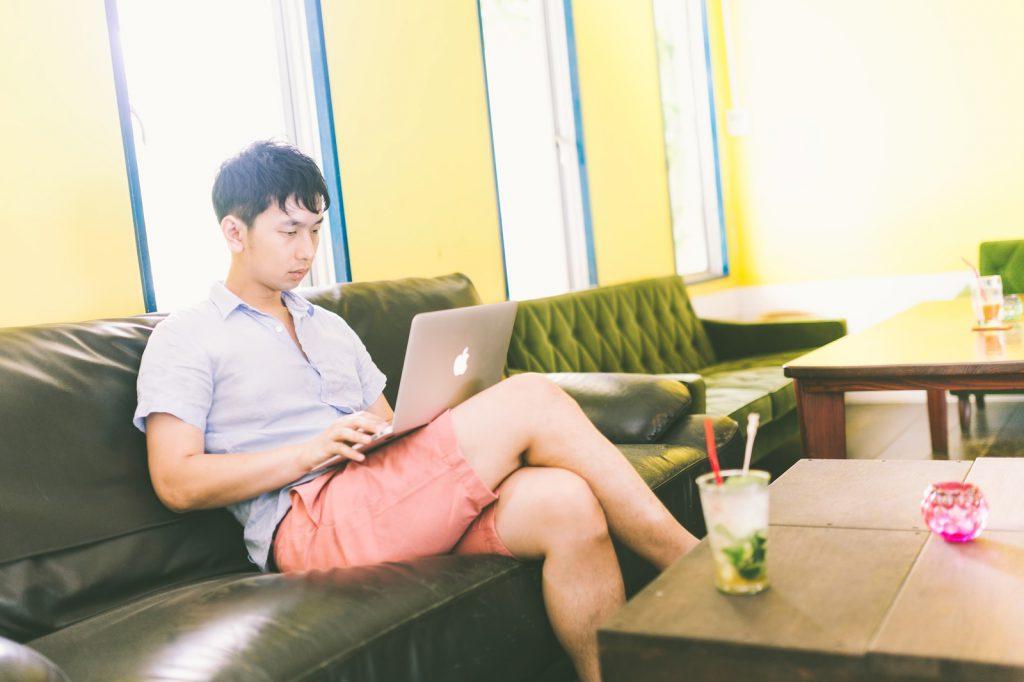 SNSをパソコンで見る男性
