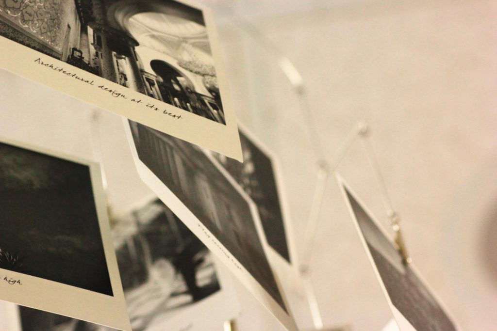 壁に飾られた思い出の写真