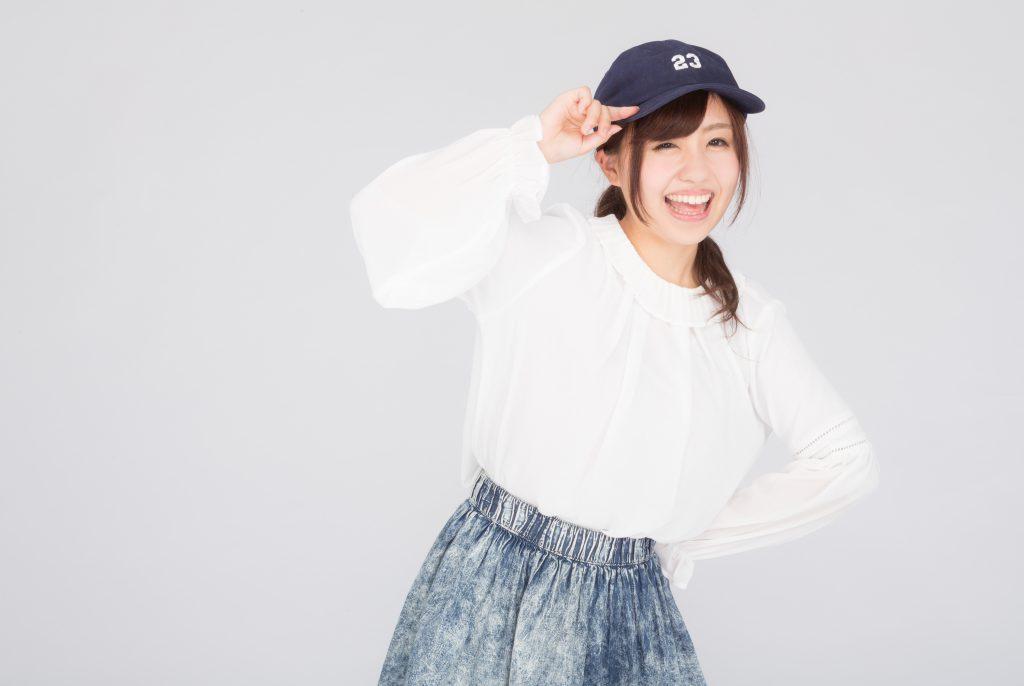野球帽をかぶりテンションの高い女性