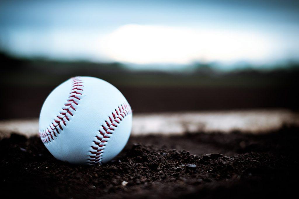 土の上にある野球ボールとバット