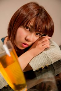 ビール越しに見つめてくる女性