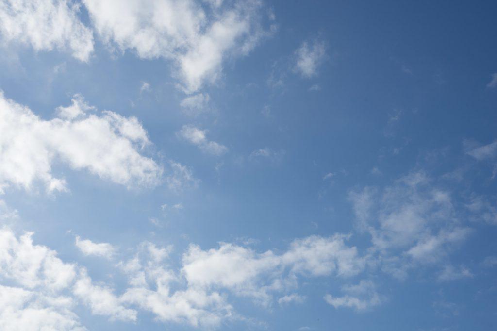どんより曇もある青空