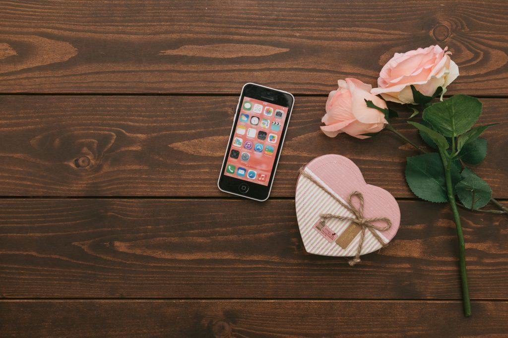 ピンクのバラの花束とハートの化粧箱