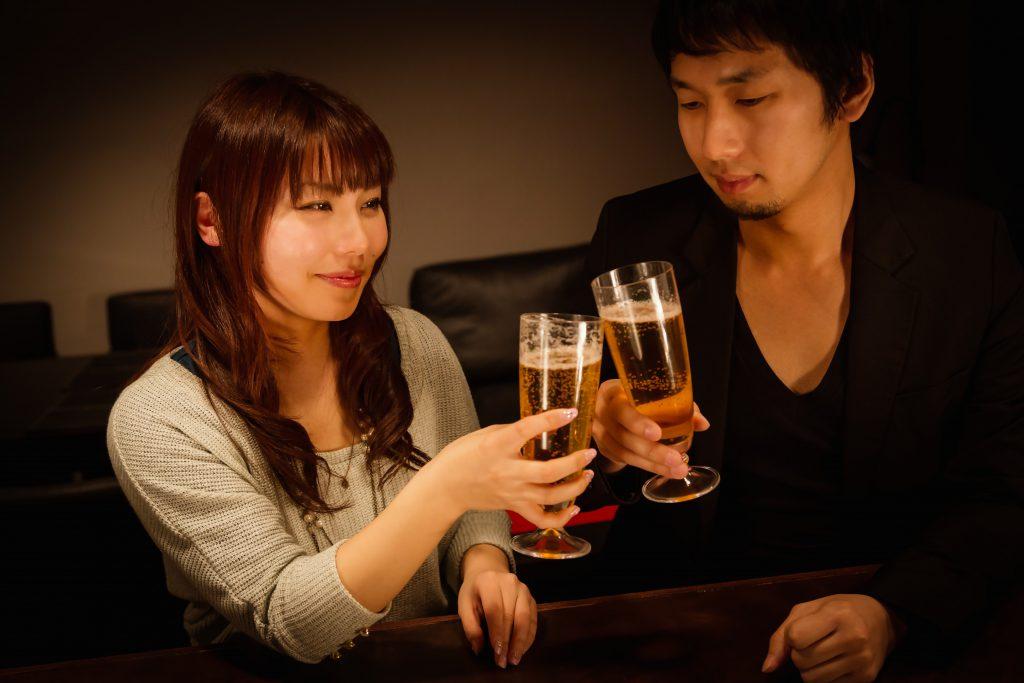 乾杯する男女