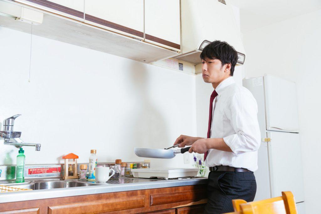 一人暮らしで料理を作る男性