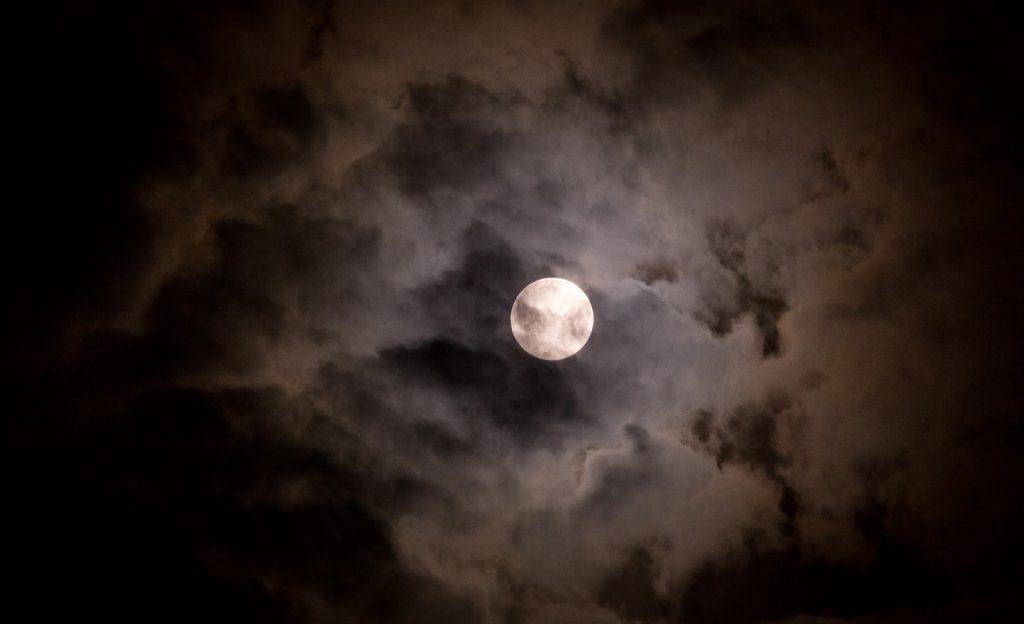 雲隠れする満月