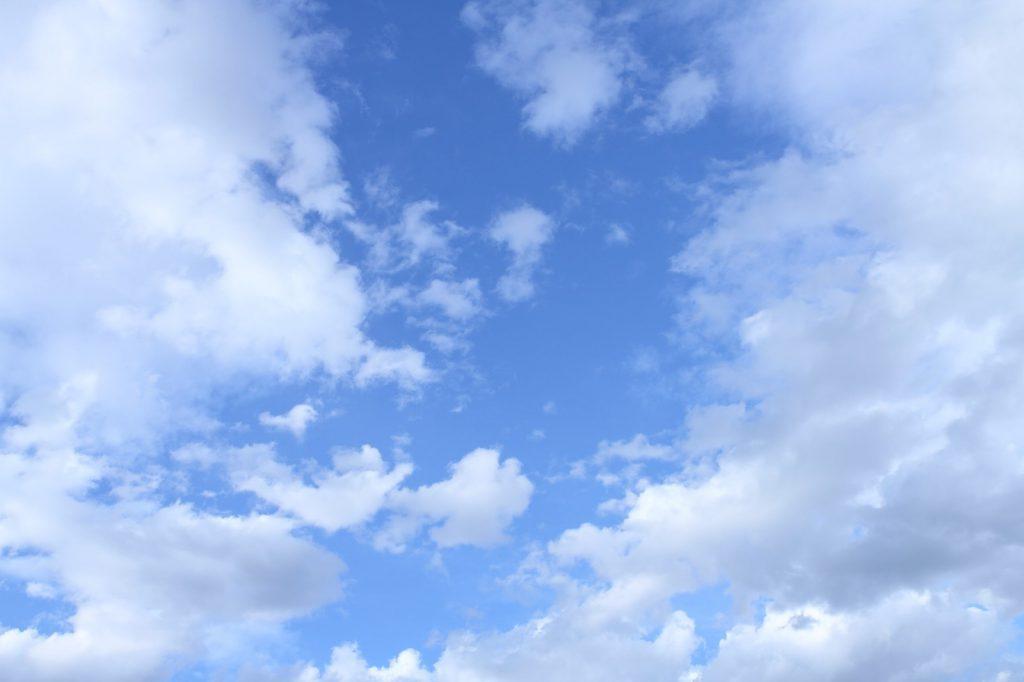 雲が広がる青空