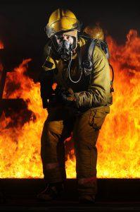 脱出を試みる消防士