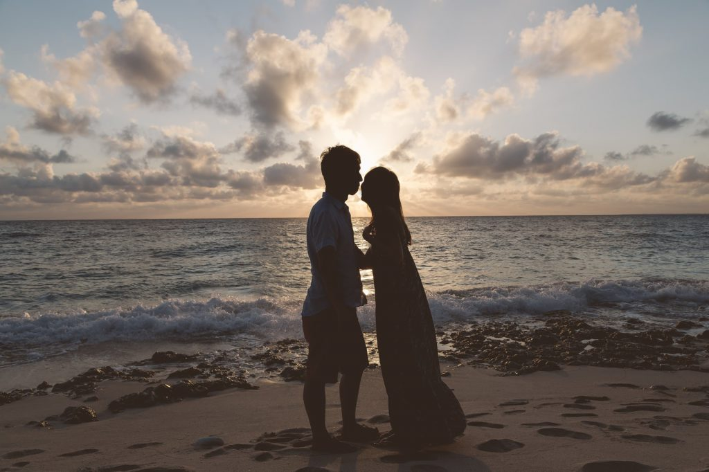 海辺でキスするカップル