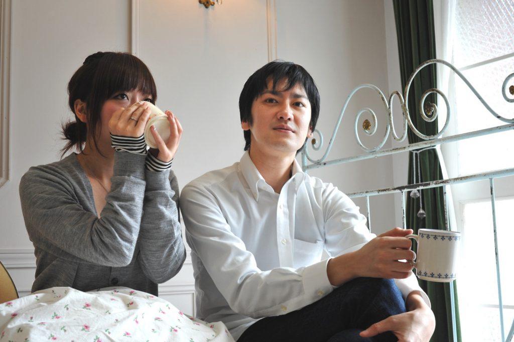 コーヒーを飲みながら話し合うカップル