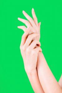 手にローションを塗る女性