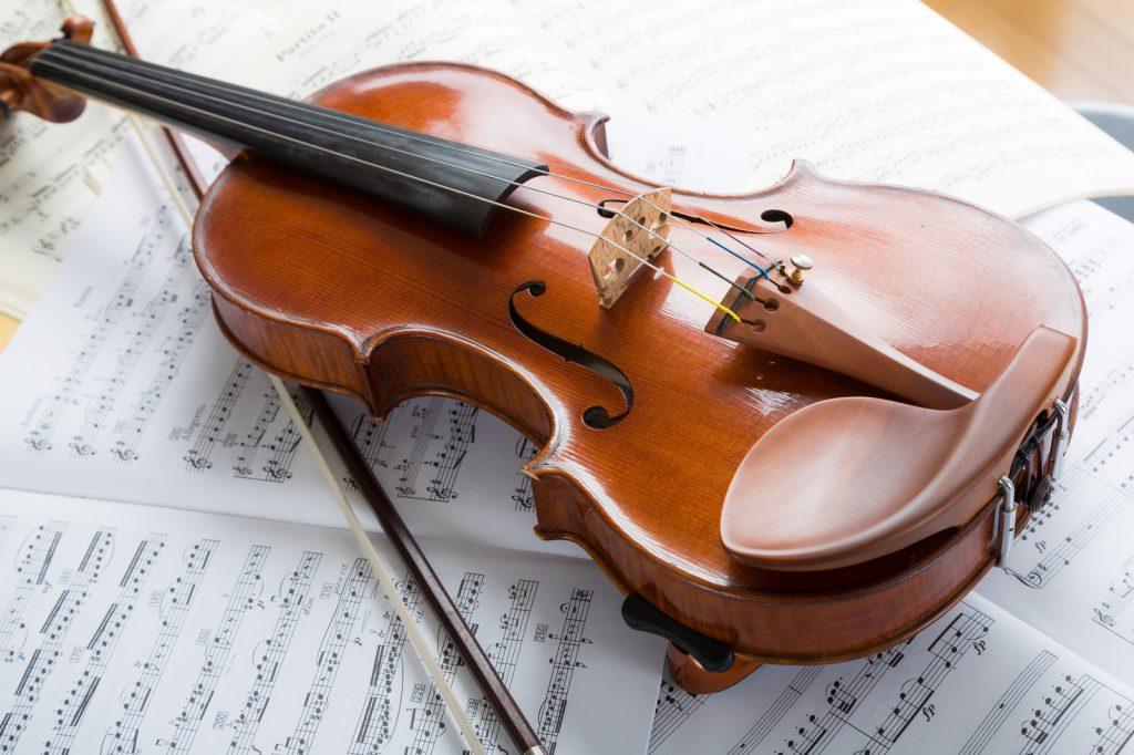 机の上に置かれたバイオリン