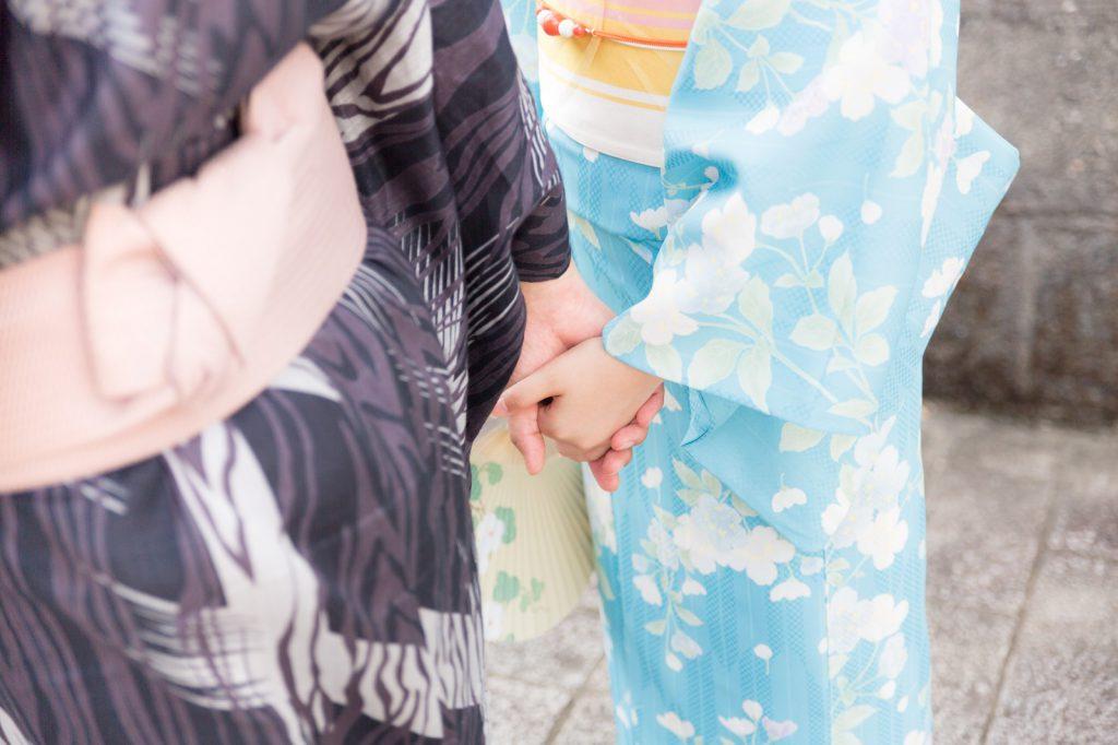 着物姿で手をつなぐカップル