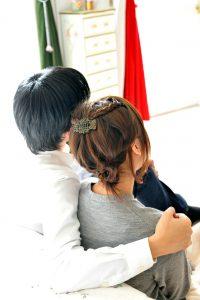 女性の肩を抱く男性