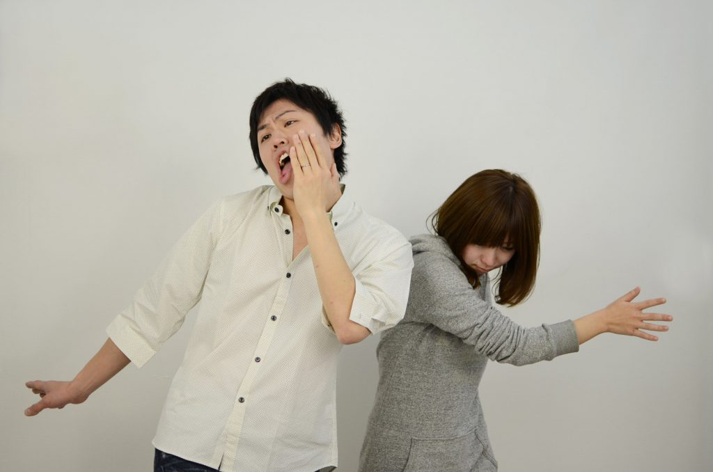 浮気した男性の頬を叩く女性
