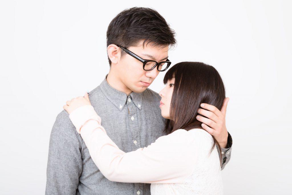 抱き合う男女