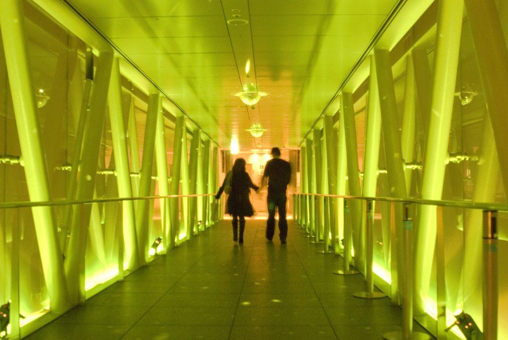 イルミネーションを歩くカップル