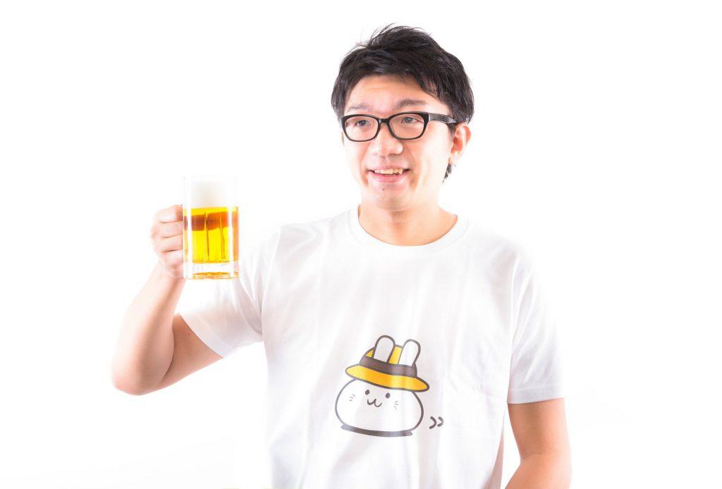 ビールをもって乾杯する男性