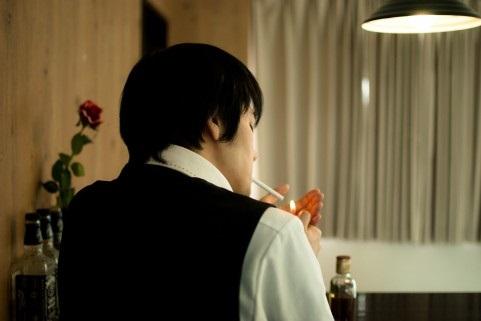バラを持つナルシストな男性