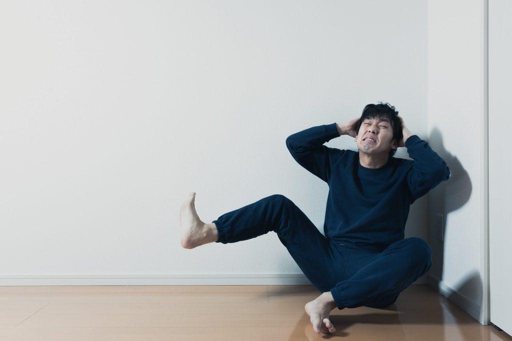 ストレスで頭を抱える男性