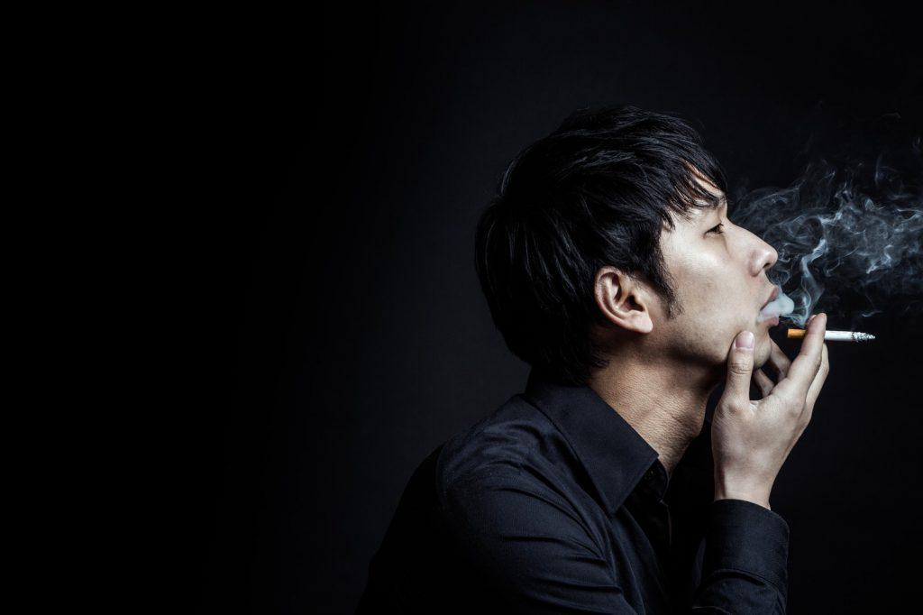 タバコを吸ってかっこつける男性