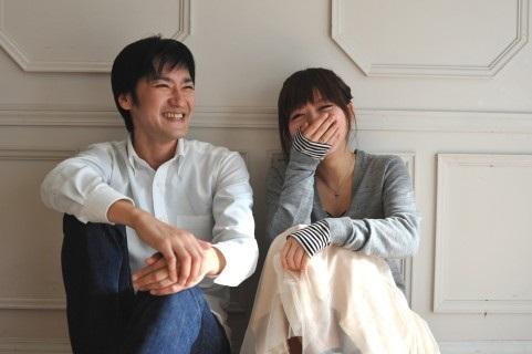 笑いあうカップル