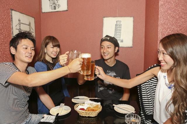 ビールで乾杯するカップル