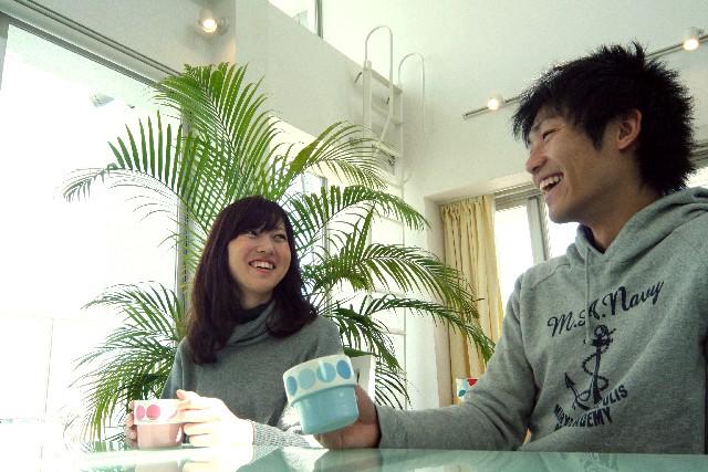 昼下がりにカフェで談笑する男女