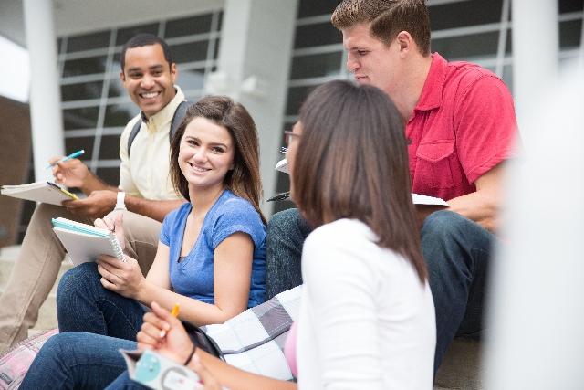 授業を聞きながら談笑する学生たち