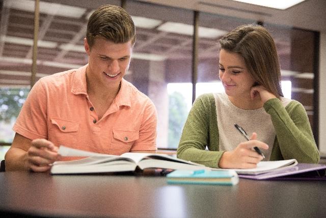 一緒に勉強するカップル