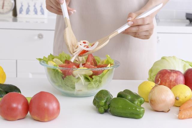 サラダをシェアしている女性