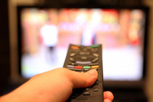 コント番組が映ったテレビとリモコン