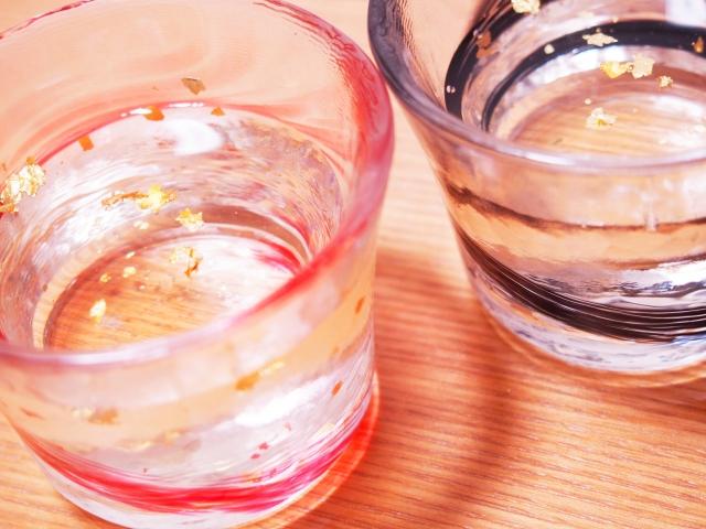 お酒の入った2つのコップ