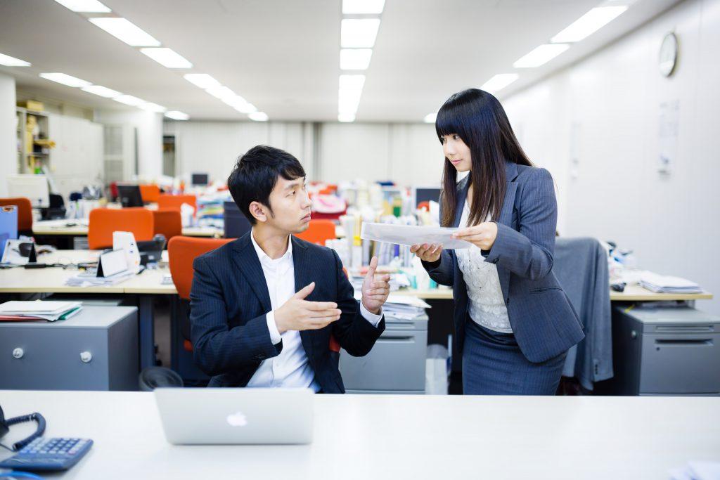 職場で話し合う男女
