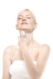 肌に化粧水をかける女性