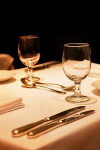 高級レストランのディナーシーン