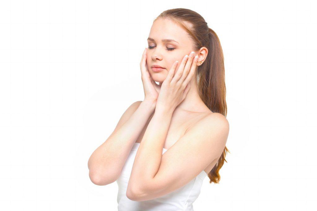 肌に化粧水をつける女性