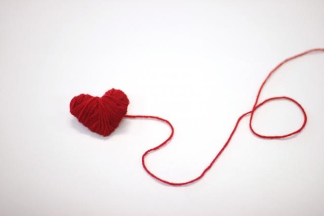 赤いハート型の毛糸