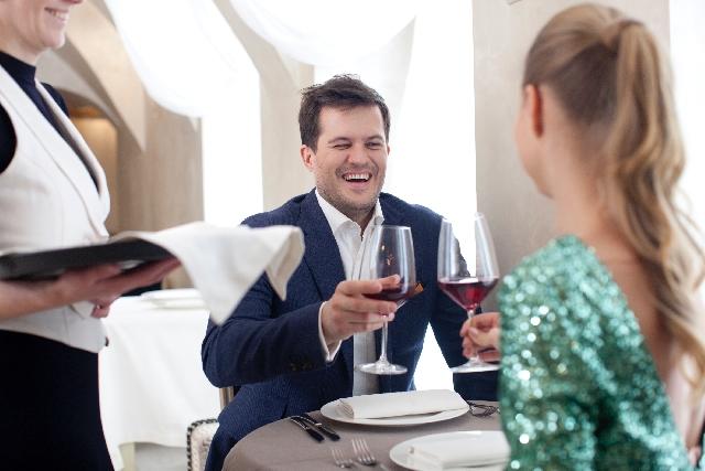 ワインを飲みテンションの高い男性